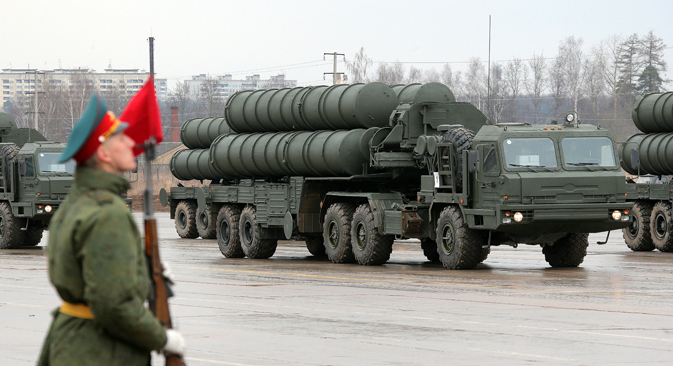 Launchers of the S-400 Triumph surface-to-air missile system take part in the first major rehearsal for the upcoming Victory Day Parade that involves military aircraft, unmounted parade details and a mechanized column in Alabino in the Moscow Region, Apr. 16, 2014. Source:  Vitaliy Belousov / RIA Novosti