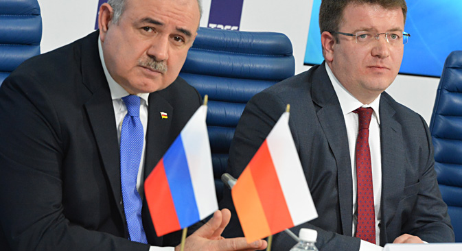 South Ossetia's Ambassador to Russia Dmitry Medoyev (L) and South Ossetian Foreign Minister David Sanakoyev give a press conference following Sanakoyev's visit to Russia and a project signing of a bilateral border agreement. Source: Yuri Mashkov / TASS
