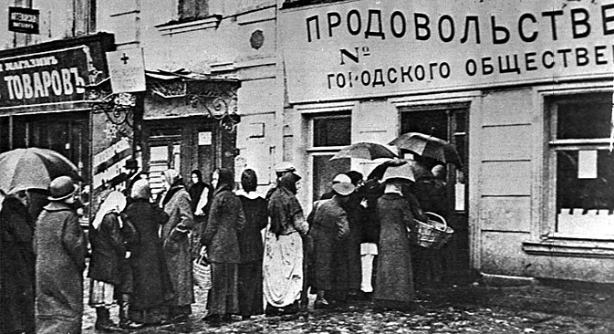 Moscow. 1915. The image shows a queue to a municipal food shop. Source: ITAR-TASS