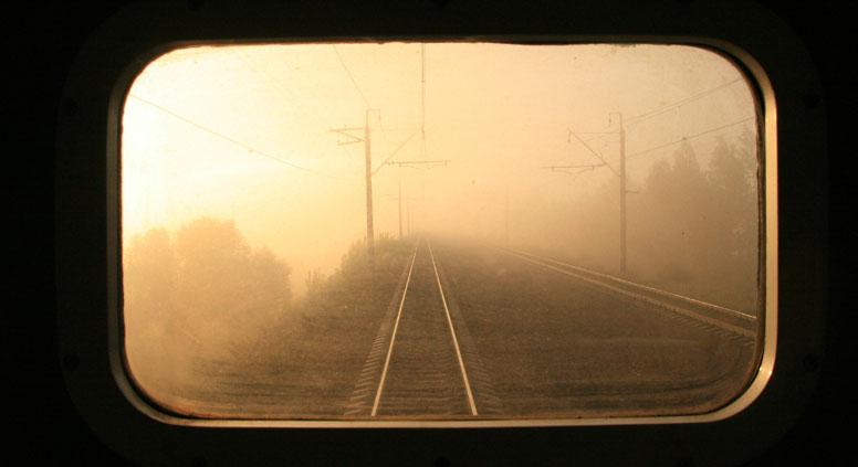 Railway rear view through the window of a train / Getty Images, Legion Media
