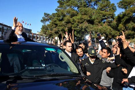 Menteri Luar Negeri Iran Mohammad Javad Zarif, yang juga bertindak sebagai negosiator nuklir Iran, melambaikan tangan ke para simpatisannya pada saat tiba di bandara Mehrabad, di Teheran, Iran, dari Lausanne, Swiss, pada Jumat 3 April 2015. Foto: AP