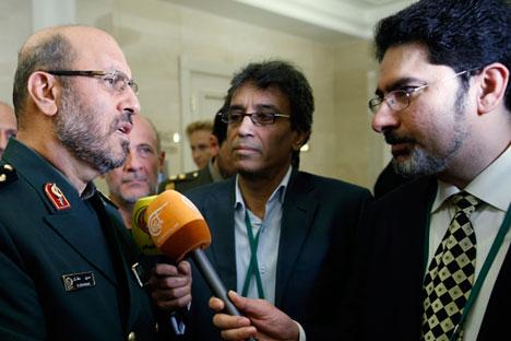 Menteri Pertahanan Iran Hossein Dehghan (kiri) menyampaikan bahwa pemerintah Iran bisa mengizinkan Rusia menggunakan pangkalan udara di Hamadan jika hal tersebut memang dibutuhkan.