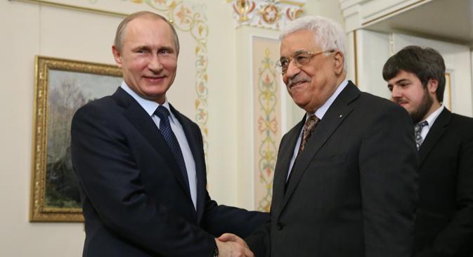Presiden Rusia Vladimir Putin (kiri) dan Presiden Palestina Mahmoud Abbas.