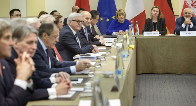 Left to right: John Kerry, Philip Hammond, Sergey Lavrov, Frank Walter Steinmeier, Laurent Fabius, Wang Yi during the meeting on Iran's nuclear program with EU and Iranian officialsl in Lausanne, on March 30, 2015. Source: AP