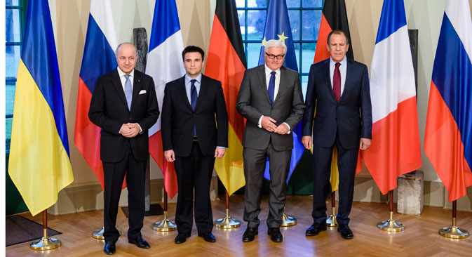 The foreign ministers of the so-called Normandy Four want to see heavy weapons pulled by from the frontlines by all parties to the conflict. Source: AP