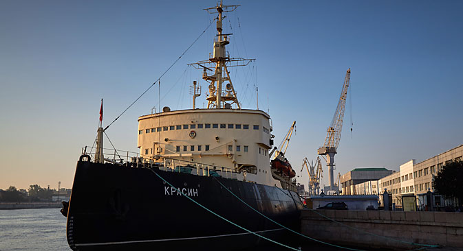 The Krasin icebreaker is tugged from Lieutenant Schmidt Embankment to the Kronshtadt shipyard for repairs, St. Petersburg, 2014. Source: Alexei Danichev / RIA Novosti