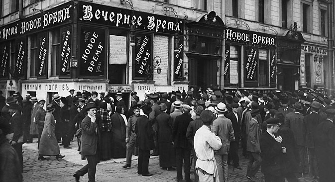 A crowd of people read war news in front of the editorial department of a newspaper, St. Petersburg, 1915. Source: UllsteinBild / Vostock-Photo