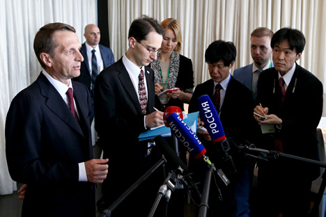 Sergei Naryshkin (left) taking to journalists at the Russian-Japanese Forum on Cooperation in Business, Technology and Culture in Tokyo.
