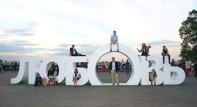 "American students of the 2014 Carmel Institute trip pose with a sculpture that says ""love"" in Russian at Sparrow Hills in Moscow. Sourсe: Richard Portwood"