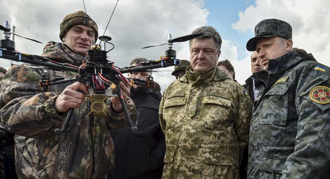 Ukraine's President Petro Poroshenko and Ukrainian secretary to the National Security and Defence Council Oleksandr Turchynov (right) inspect weapons and military equipment as they visit the training center of the Ukrainian National Guard outside Kiev, April 4, 2015. Source: Reuters
