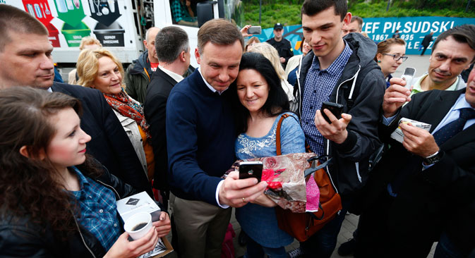 During his election campaign, Andrzej Duda talked with people, shared coffee with them near subway stations and even took selfies in Warsaw, May 25, 2015. Source: Reuters