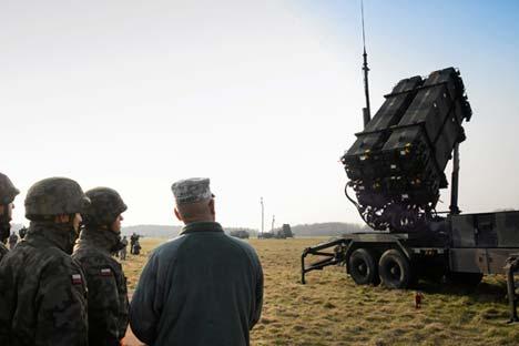 Rentara Polandia dan AS melihat baterai pertahanan misil Patriot selama latihan gabungan di lapangan militer di Sochaczew, dekat Warsawa, 21 Maret 2015. Tentara Eropa AS telah menempatkan baterai pertahanan misil Patriot sebagai bagian dari latihan bersama dengan Polandia yang bertujuan untuk meyakinkan anggota NATO bahaya konflik di negara Ukraina.