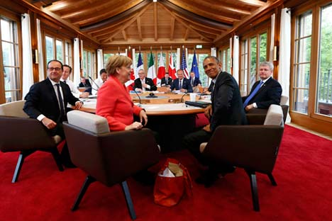 Dari kiri ke kanan: François Hollande, David Cameron, Matteo Renzi, Jean-Claude Juncker, Donald Tusk, Shinzo Abe, Stephen Harper, Barack Obama, dan Angela Merkel pada KTT G7 di Hotel Elmau Castle, Jerman, 8 Juni 2015.