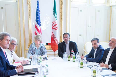 U.S. Secretary of State John Kerry (L), and Iranian Foreign Minister Mohammad Javad Zarif (R) during talks between the E3+3 (France, Germany, UK, China, Russia, U.S.) and Iran, in Vienna, Austria, 27 June 2015. Source: EPA / Georg Hochmuth