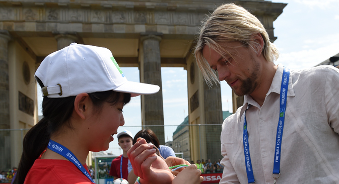 Anatoliy Tymoshchuk (right) before the Football for Friendship social program, in Berlin, June 6, 2015. Source: Press photo