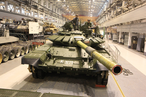 Sebuah tank T-72B3 di gudang tank pabrik Uralvagonzavod, 2014. Foto: PhotoXPress