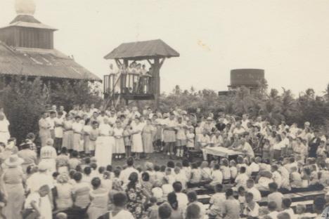 Para emigran Rusia di kamp sementara di Pulau Tubabao, Filipina.