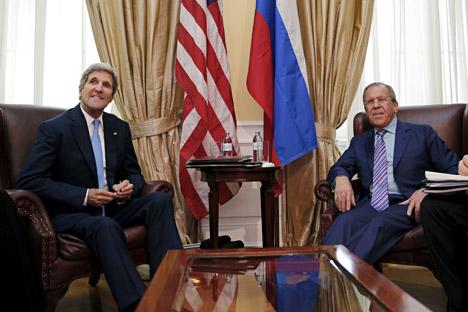 Kerry (à esq.) se reuniu com Lavrov em um hotel de Viena, na Áustria Foto: Reuters