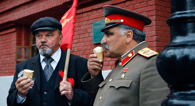 Dua orang yang menyerupai Vladimir Lenin (kiri) dan Joseph Stalin tengah menikmati es di waktu luang mereka di pusat kota Moskow. Sumber: AP