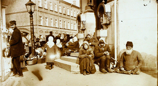 Beggars in front of the Valaam Monastery, Moscow. Source: Getty Images / Fotobank
