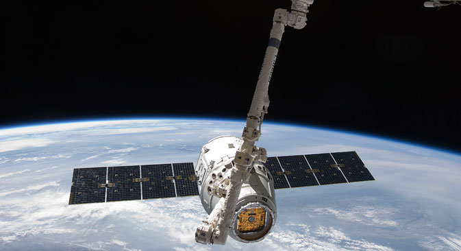 The SpaceX Dragon commercial cargo craft is grappled by the Canadarm2 robotic arm at the ISS, May 25, 2012. Source: Reuters
