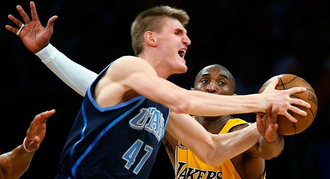 Los Angeles Lakers guard Kobe Bryant (R)  fouls Utah Jazz Andrei Kinlenko (L) during Game 2 of their NBA Western Conference semi-final basketball series in Los Angeles, California, May 7, 2008. Source: Reuters