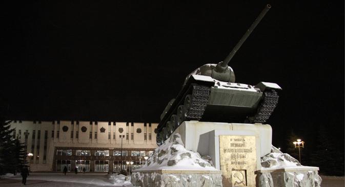 Sebuah tank T-34 di atas tumpuan. Dibuat oleh pabrik Uralvagonzavkd pada masa Perang Dunia II.