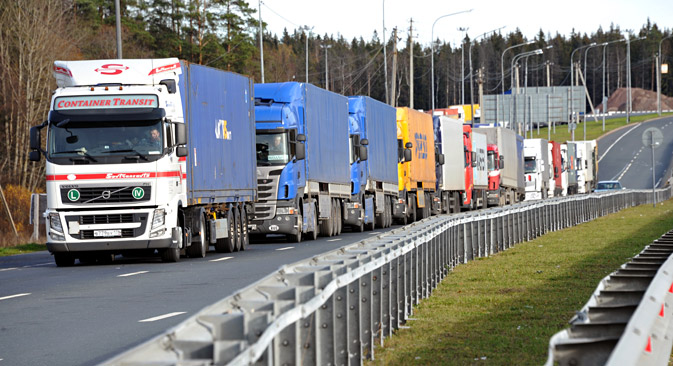 Trucks in a queue outside Torfyanovka border crossing. Source: Yuri Belinsky/TASS