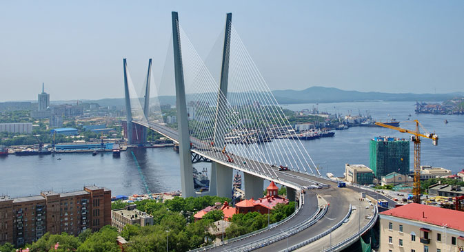 The Zolotoy Bridge allows pedestrians from 7 am till 9 pm. Source: Lori/Legion Media