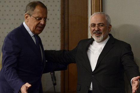 Menteri Luar Negeri Iran Mohammad Javad Zarif (kanan) dan Menteri Luar Negeri Rusia Sergey Lavrov menghadiri konferensi pers di pasanggrahan Kementerian Luar Negeri Rusia di Moskow, 17 Agustus 2015.
