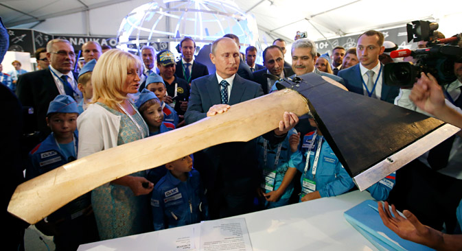 Vladimir Putin visits a pavilion of young aircraft and space designers at the MAKS, International Aviation and Space Show, in Zhukovsky, outside Moscow, Tuesday, Aug. 25, 2015. Source: AP