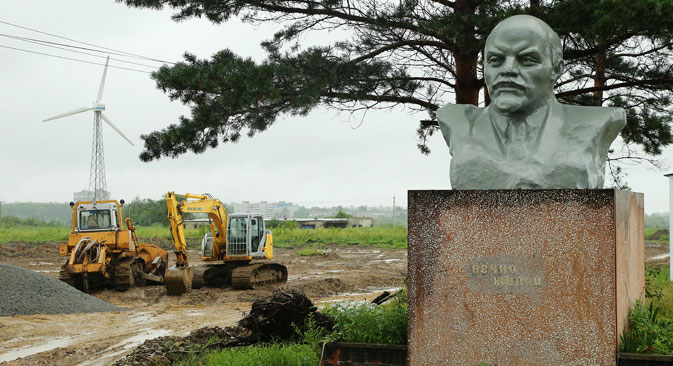 While heavy-duty bulldozers were destroying banned European food, Vladimir Ilyich Ulyanov was prevented from participating in local parliamentary elections in Ulyanovsk. Source: Kommersant