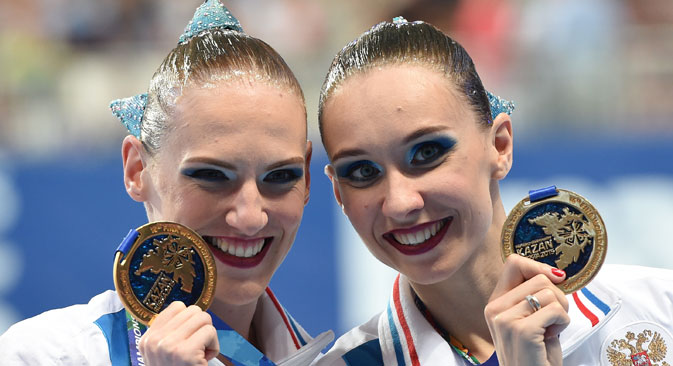 Natalia Ishchenko and Svetlana Romashina, gold medal winners of the women's duet synchronized swimming at the 16th FINA World Championships in Kazan, during the awarding ceremony. Source: Alexander Vilf / RIA Novosti