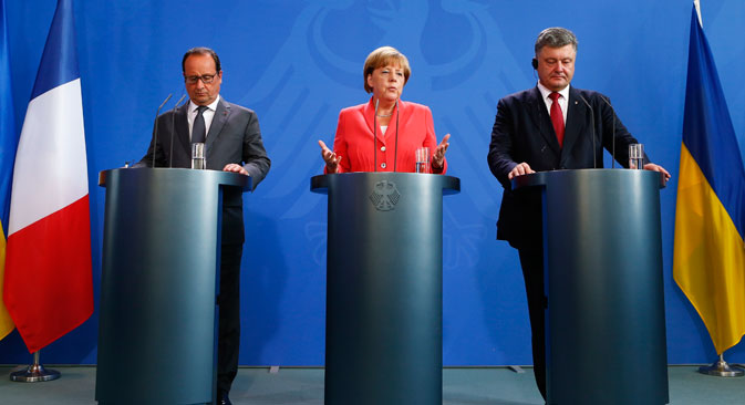 German Chancellor Angela Merkel, French President Francois Hollande (L) and Ukrainian President Petro Poroshenko speak to media after their meeting in the Chancellery in Berlin, Germany, August 24, 2015. Source: Reuters