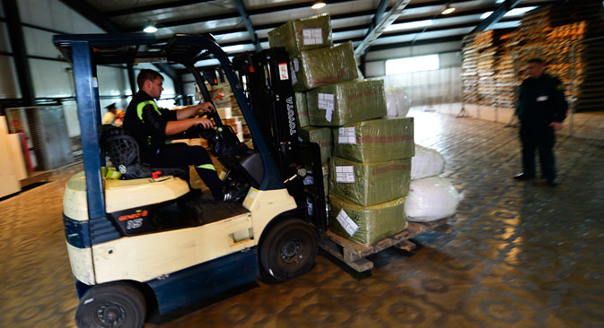 A forklift driver at work at a temporary storage facility at Pogranichny crossing on the Russian-Chinese border, Aug. 3, 2015. Source: Yuri Smityuk / TASS
