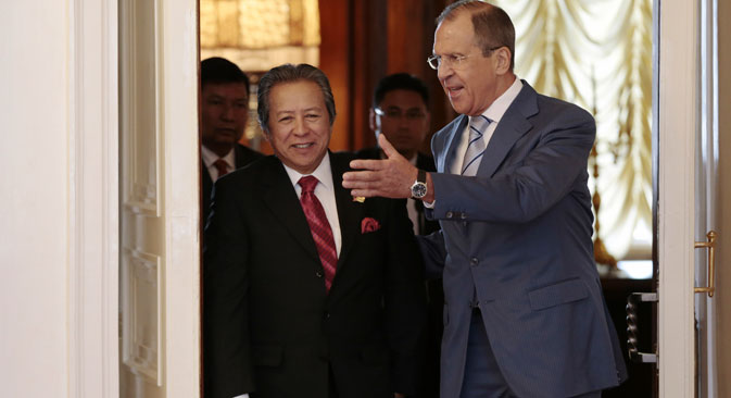 Russian Foreign Minister Sergey Lavrov, right, and his Malaysian counterpart Anifah Aman enter a hall for their talks in Moscow on Thursday, July 11, 2013. Source: AP