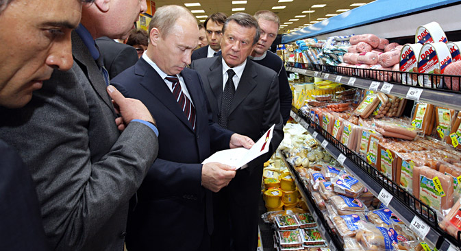 Vladimir Putin visiting a branch of the Perekrestok supermarket chain in Moscow, June 24, 2009. Source:  Aleksey Nikolskyi / RIA Novosti