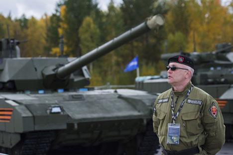 Seorang perwira militer berjaga di sekitar tank Armata pada Pameran Persenjataan Rusia Ke-10.