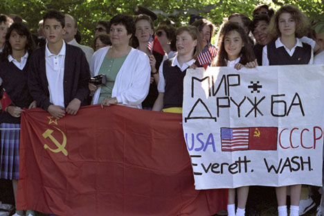 Washington dwellers waiting for USSR President Mikhail Gorbachev's arrival, June 30, 1990.