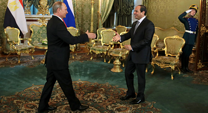 Russia's President Vladimir Putin (L) and Egypt's President Abdel Fattah el-Sisi (C) shake hands during a meeting at the Moscow Kremlin, Aug.26. Source: Mikhail Metzel / TASS