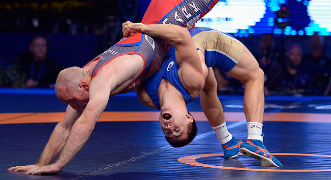 Roman Vlasov (in blue) in action against Mark Overgaard Madsen in their men's 75 kg gold medal match at the Wrestling World Championships in Las Vegas, Sept.7. Source: EPA