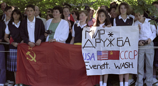 Washington dwellers waiting for USSR President Mikhail Gorbachev's arrival, June 30, 1990. Source:  Yuryi Abramochkin / RIA Novosti