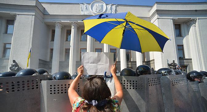 Protesti pred poslopjem Verhovne rade v Kijevu.