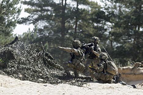 Manuver Iron Sword tahun ini, yang merupakan latihan ketiga NATO dan sejauh ini yang terbesar, melibatkan lebih dari empat ribu tentara dari AS, Inggris, Jerman, Kanada, Polandia, Rumania, Slovenia, Luksemburg, dan tiga negara Baltik.