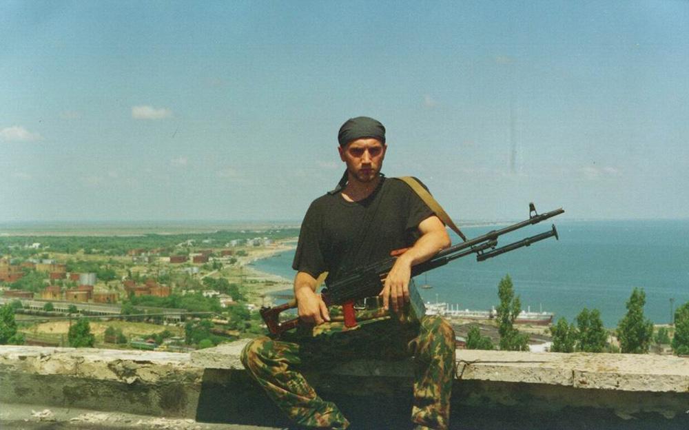 Prilepin durante os confrontos na Guerra da Tchetchênia (Foto: zaharprilepin.ru)