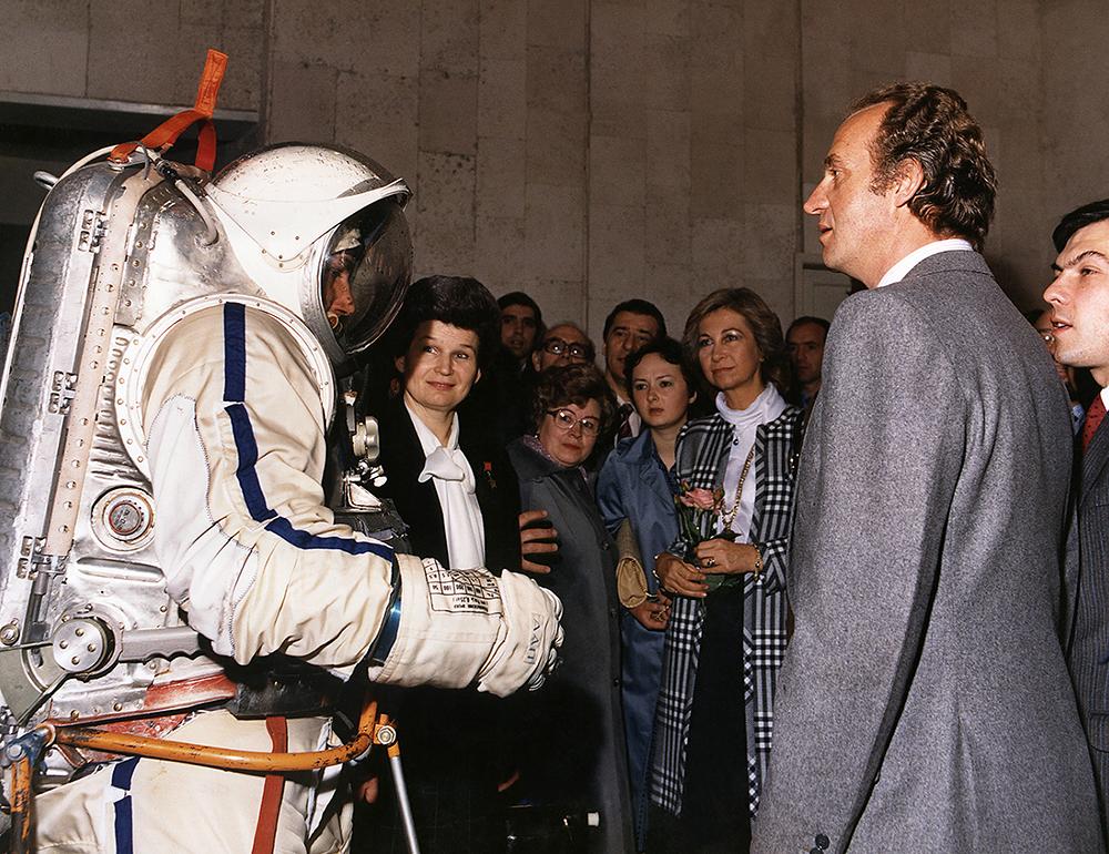 Los Reyes, acompañados por Valentina Tereshkova, la primera mujer cosmonauta, durante su visita a la Ciudad de la Estrellas, centro de entrenamientos para cosmonautas. 1984
