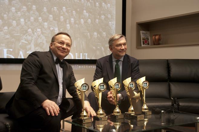 El embajador ruso Yuri Korchagin entrega al productor Igor Ugólnikov los premios recibidos en los festivales de Málaga y Marbella.
