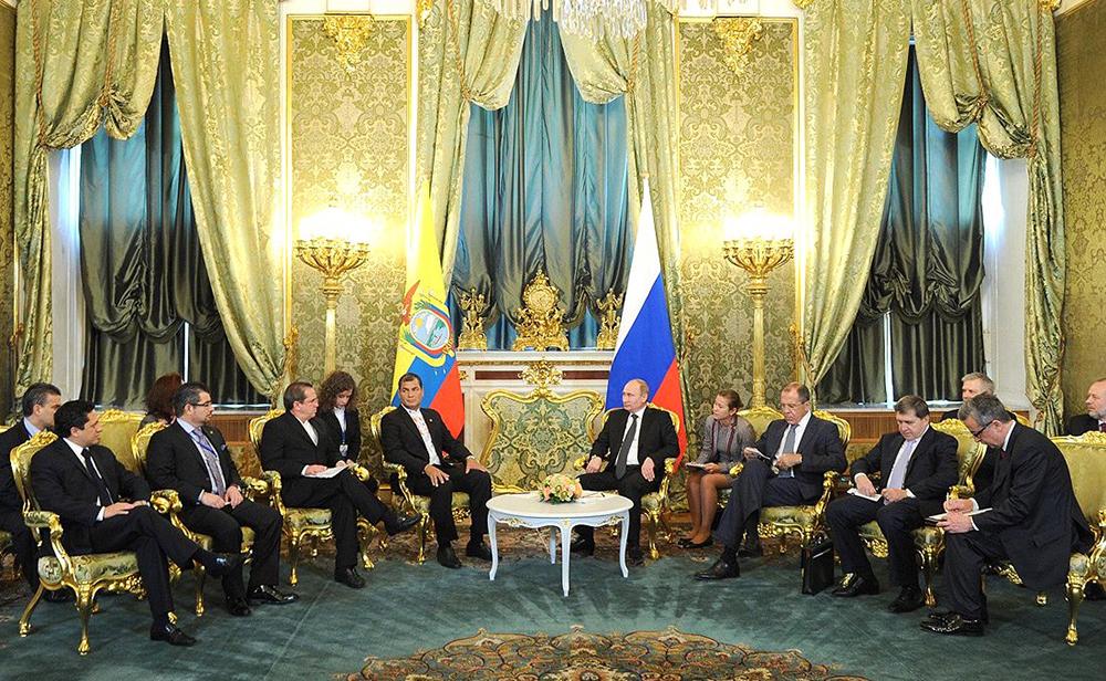 El entonces presidente de Ecuador, Rafael Correa, con su homólogo ruso, Vladímir Putin, durante una reunión en el Kremlin, Moscú. El 29 de octubre de 2013.