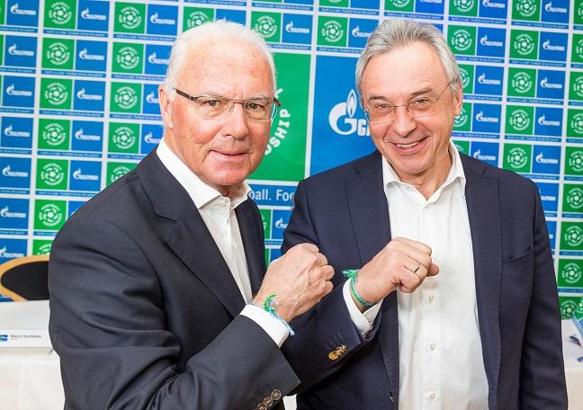 L'Ambassadeur mondial du projet Football pour l'Amitié Franz Beckenbauer (à gauche) et le directeur général de Gazprom Allemagne Viatcheslav Kroupenkov, director general de Gazprom Allemagne à Munichn lors de la présentation de l'événement.