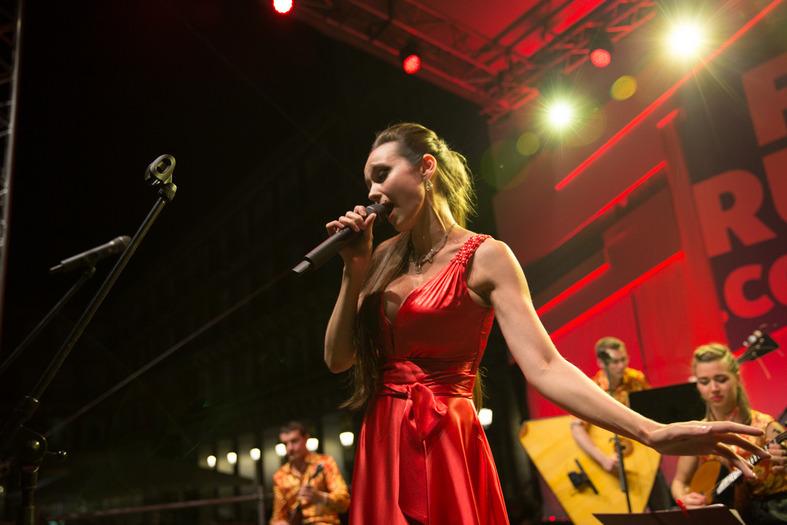 La solista del Teatro Mariinski, Karina Chepurnova, cantó canciones rusas en el corazón de Madrid.